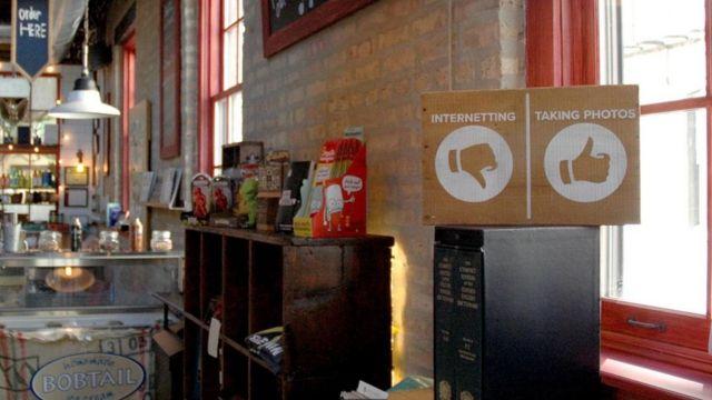 internet yasağı olan bir kafe