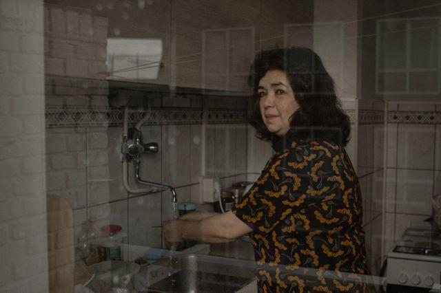 Qelbinur Sedik recientemente se mudó de su habitación en un refugio a una pequeña casa en Países Bajos