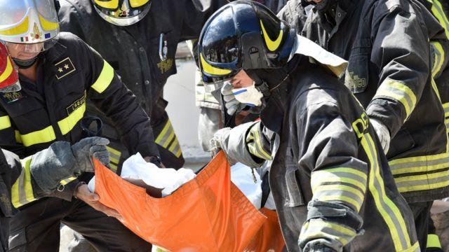 Спасатели вынимают людей из-под завалов
