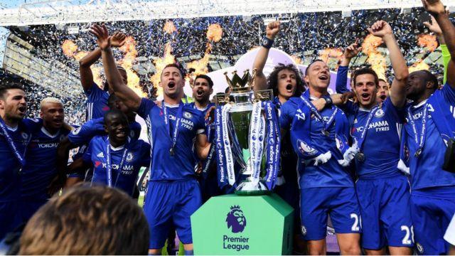 Jogadores do Chelsea comemoram título inglês
