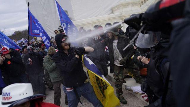 A polícia de Washington confrontou os apoiadores de Trump com gás lacrimogêneo