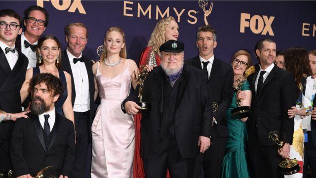 Dàn diễn viên Game of Thrones nhận giải ở Lễ trao giải Điện ảnh Emmys tại Los Angeles tháng 9/2019