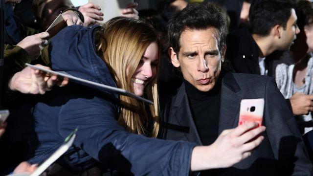 Selfie de una fan con el actor estadounidense Ben Stiller