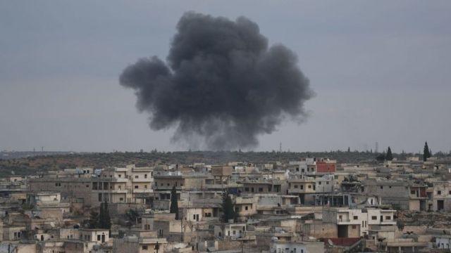Maarat El Numan'a bağşı Kafar Roma kasabasından dumanlar yükseliyor (27 Ocak 2020)