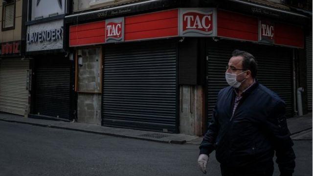 Un hombre con una mascarilla en Estambul