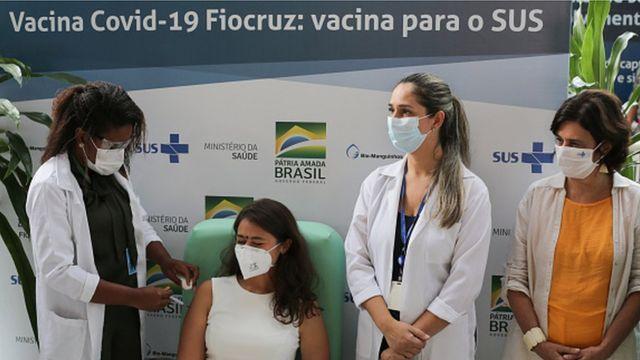 Mulher recebe dose da vacina CoviShield