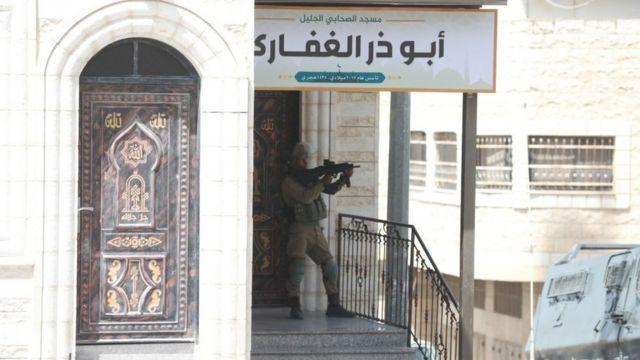 جندي اسرائيي يقف في مسجد في الضفة الغربية