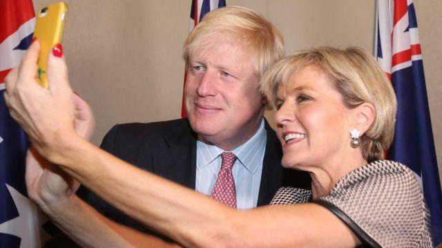 约翰逊访问亚洲之行中和新西兰外长玩自拍
