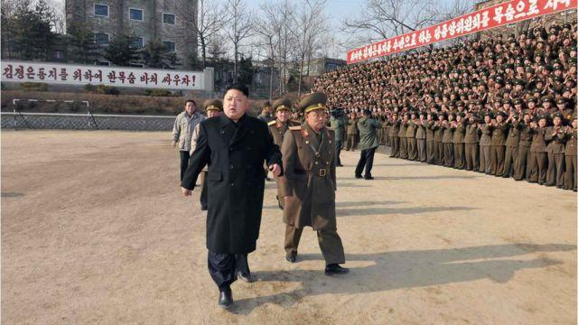 Lãnh đạo Bắc Hàn Kim Jong-Un (trái) duyệt Đơn vị 534, Quân đội Nhân dân Bắc Hàn.
