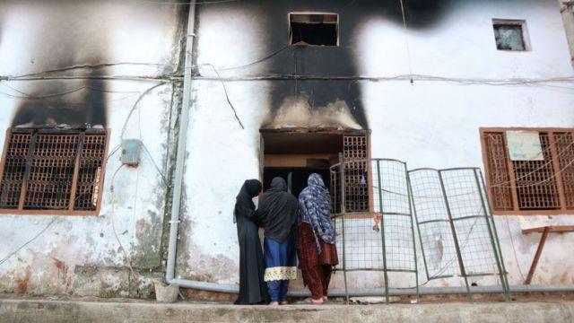 দিল্লির মুস্তাফাবাদে একটি ভস্মীভূত মসজিদের ভেতরটি দেখছেন মুসলিম নারীরা