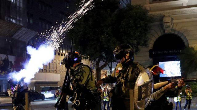 警方發射催淚彈。
