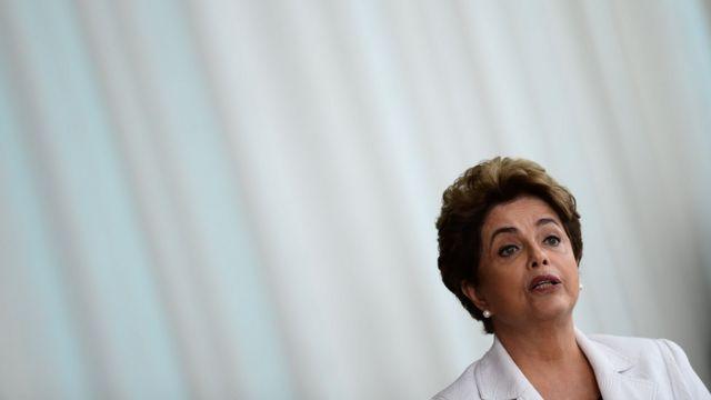 Dilma Rousseff, em 16/8, lendo carta na qual defende plebiscito
