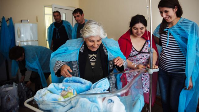Padres y abuela de un bebé recién nacido en un hospital en Armenia.