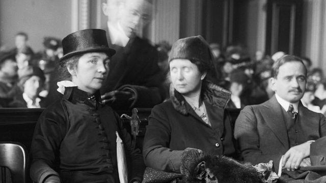 Margaret Sanger e sua irmã Ethel Byrne no tribunal