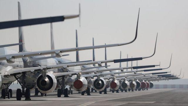 Парковка самолетов на взлетно-посадочной полосе аэропорта Сантьяго