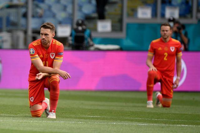 İtalya-Galler maçında Galler takımı futbolcularından bazıları diz çökmüştü