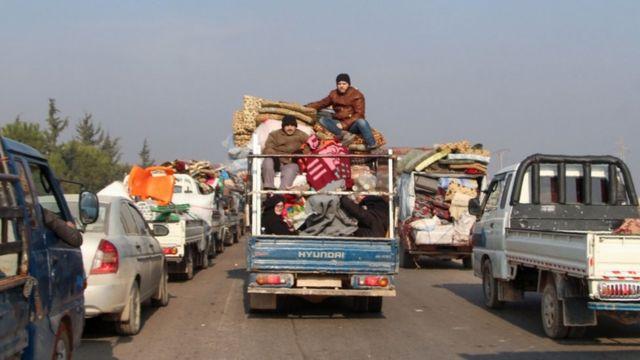 سيارة تحمل بعض المهجرين من إدلب وأغراضهم.