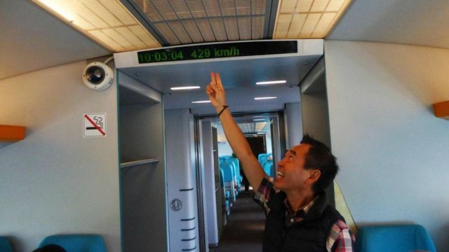 أحد الركاب يلتقط صورا داخل القطار