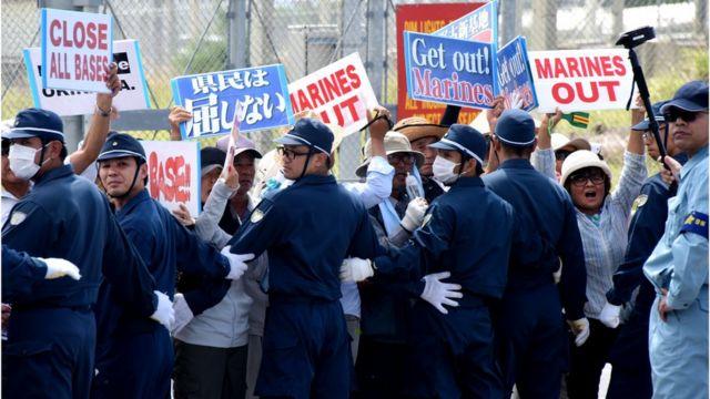 (캡션) 지난 2016년 오키나와 현민들이 미군 철수를 주장하는 시위를 벌이고 있다