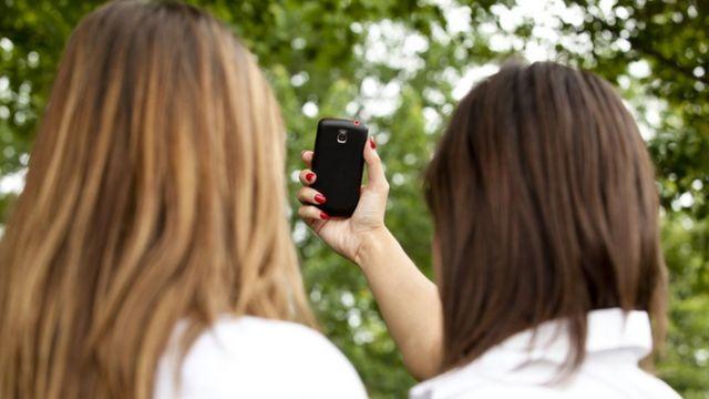 Dos mujeres se toman un selfie