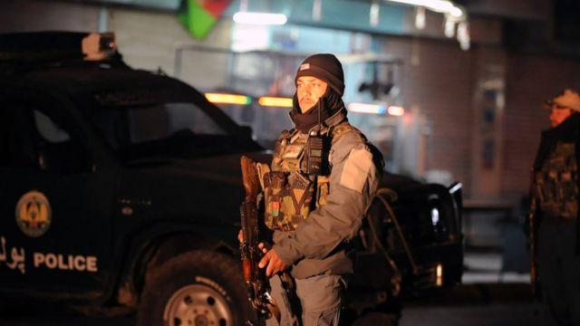 جندي أفغاني في موقع انفجار قندهار