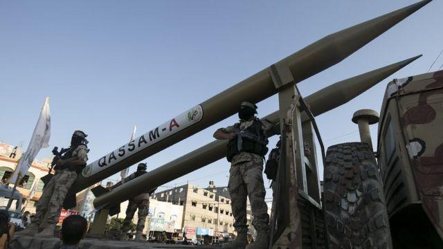 Milicianos de Hamás junto a cohetes Qassam.