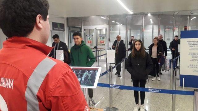 Passageiros desembarcando no aeroporto em Roma estão sendo testados para sintomas do coronavírus