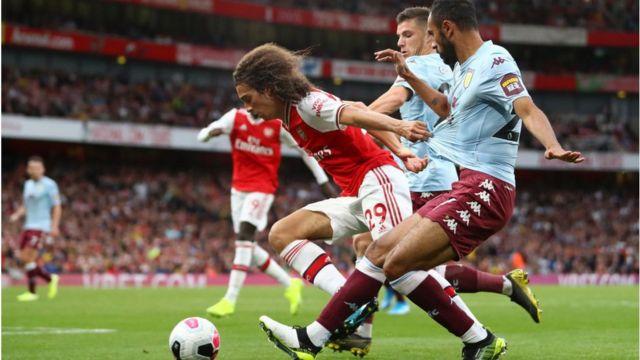 Agbabọọlu Arsenal ati Aston Villa n du bọọlu mọ ara wọn lọwọ
