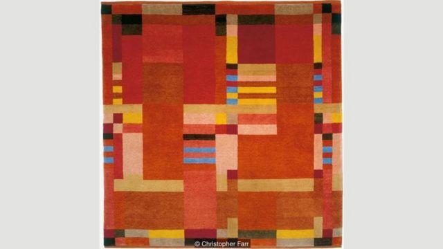 Hasil karya Gunta Stölzl direproduksi pada karpet yang dibuat oleh Christopher Farr Cloth.
