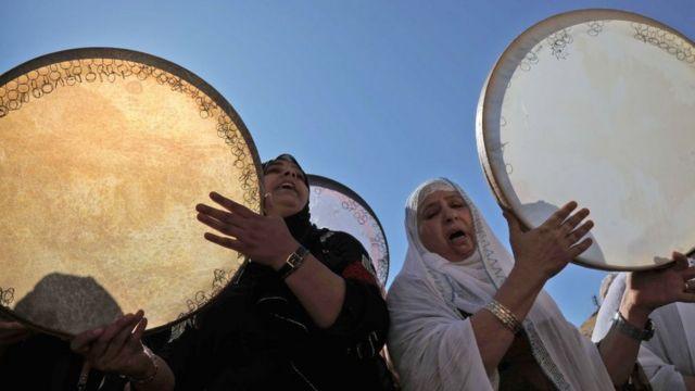 نساء يضربن على الدفوف احتفالا بذكرى المولد النبوي في عقرا في إقليم كردستان العراق
