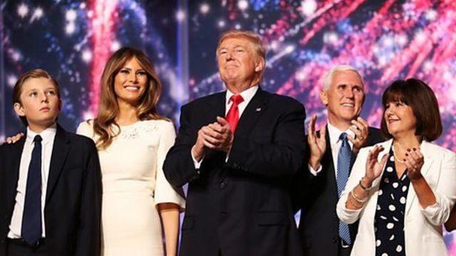 ترامپ همراه ملانیا، همسرش، و بارون ترامپ (سمت چپ)، و مایک پنس، معاونش (راست) پس از اعلام رسمی نامزدی ترامپ از طرف حزب جمهوریخواه
