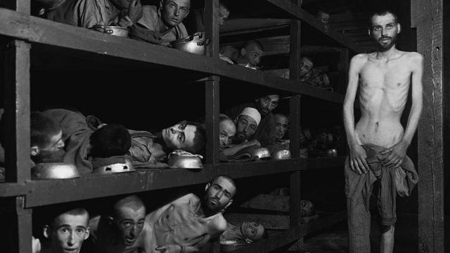 Judíos encerrados en un campo nazi