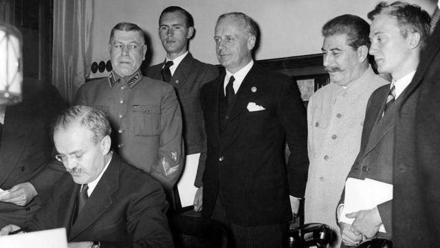 Вячеслав Молотов подписывает советско-германский пакт 23 августа 1939 года.