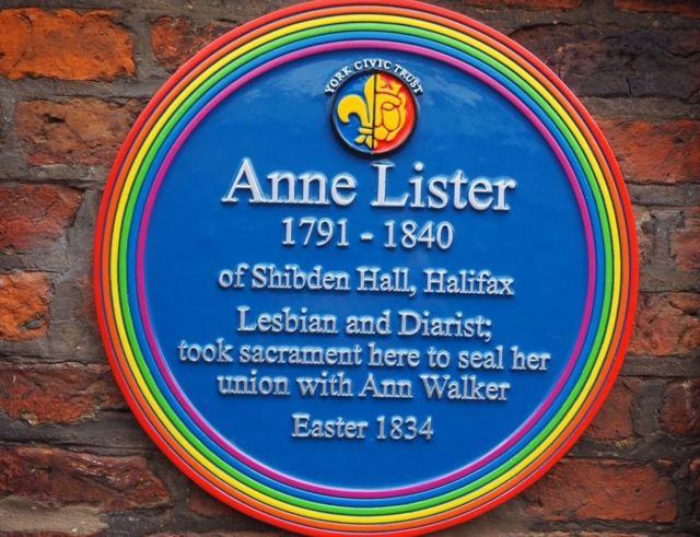 為李斯特和沃克爾掛出的彩虹銘牌