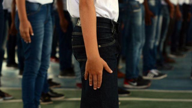 Crianças em posição de sentido