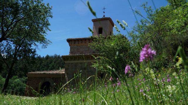 El monasterio de Suso, rodeado de vegetación