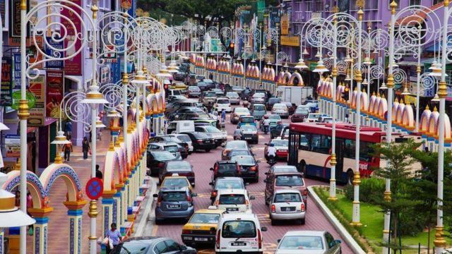 由于路况复杂且交通拥堵,吉隆坡当地居民大多选择公共交通工具出行