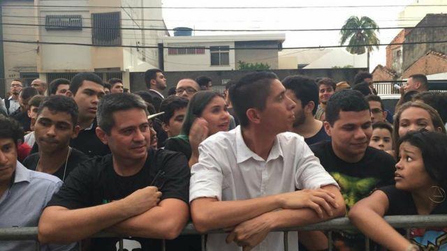 Multidão espera por Bolsonaro