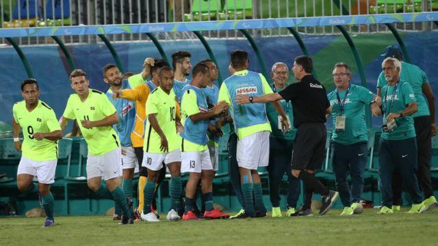 Jogadores brasileiros em vitória no futebol de 7