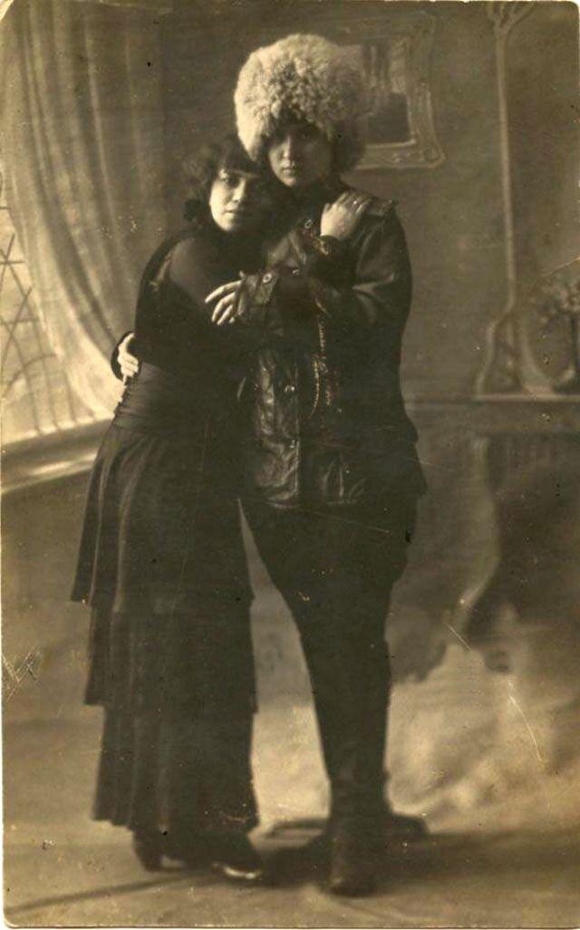 Две девушки, изображающие влюбленную пару