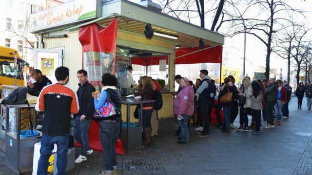 """這種價格實惠的街頭小吃已經成為德國人餐桌上的""""重頭戲"""""""