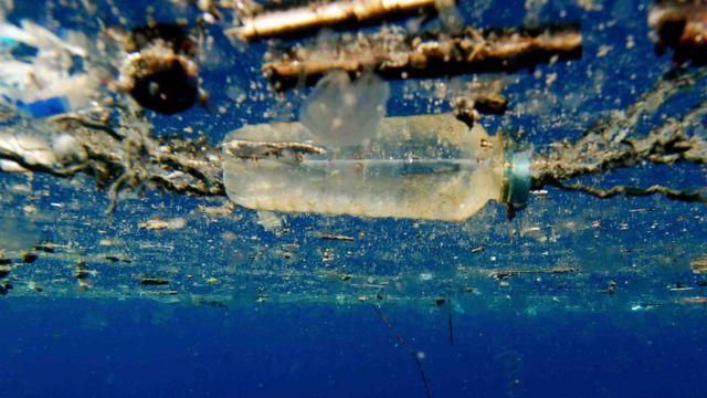 Пластиковая бутылка в море