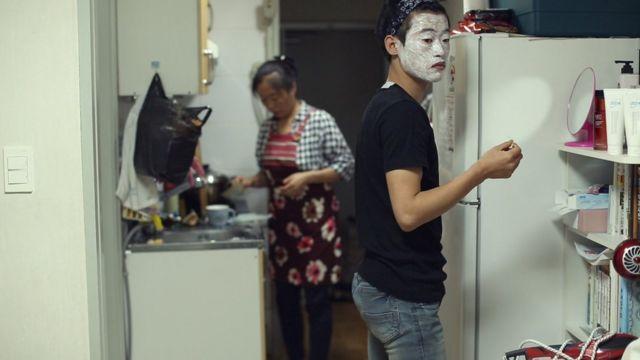 중국에서 마담B는 중국 남편, 북한 남편, 북한 아들과 40일 동안 한 방에서 자며 생활한 바 있다