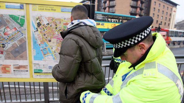 Policajac pretresa tinejdžera koga je zaustavio
