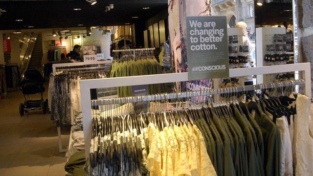 """""""Мы переходим на лучший хлопок"""", - гласят маркетинговые стенды в магазинах компании H&M"""