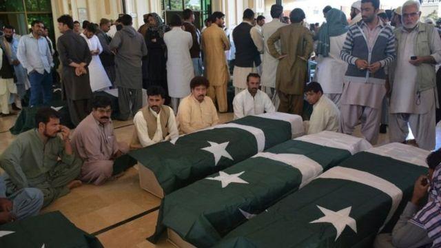 क्वेटा हमले में मारे गए 61 लोगों की शवयात्रा