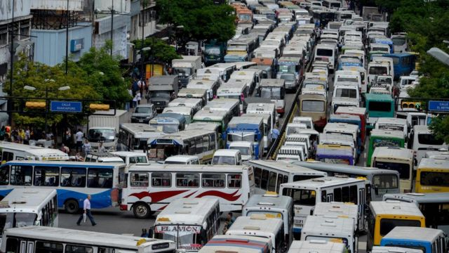 Buses bloquean una avenida de Caracas