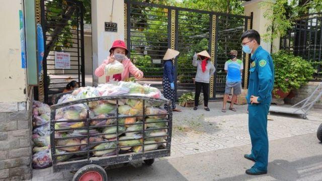 Rau cứu trợ đc chuyển tới cho công nhân nghèo