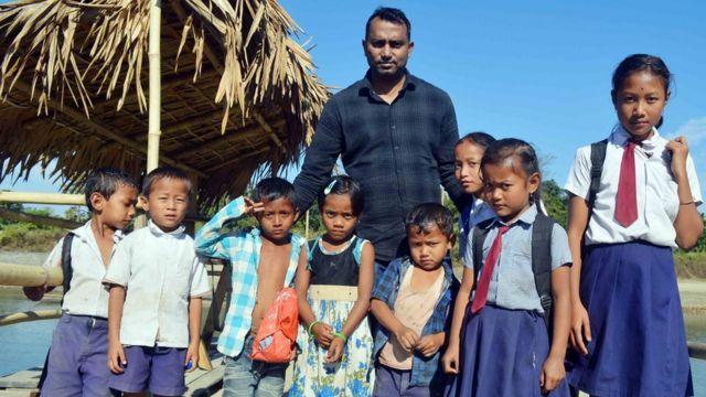 करिश्मा के गांव के बच्चे