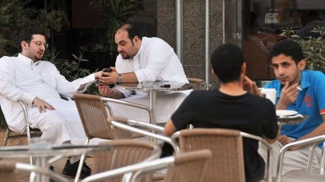 مردان سعودی در کافه